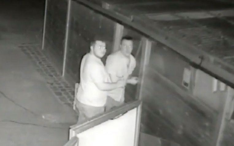 Het duo lijkt zich niks aan te trekken van de bewakingscamera.