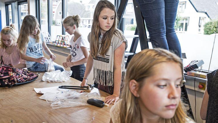 Havoleerlingen van klas 1 en 2 op De Nieuwe Veste in Hardenberg tijdens een natuurkunde- en biomechanicales. Beeld Guus Dubbelman / de Volkskrant