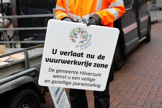Archiefbeeld: Medewerkers van de gemeente plaatsen borden voor de vuurwerkvrije zone