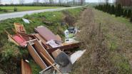 Microgolf, kasten en tal van ander afval langs landbouwwegen gedumpt