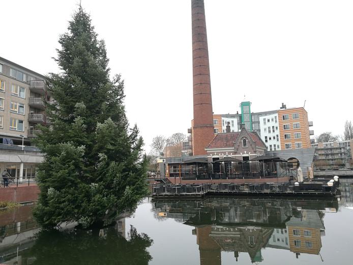 De kerstboom in de stadsvijver van Almelo staat nog steeds. Door een defecte hijskraan.