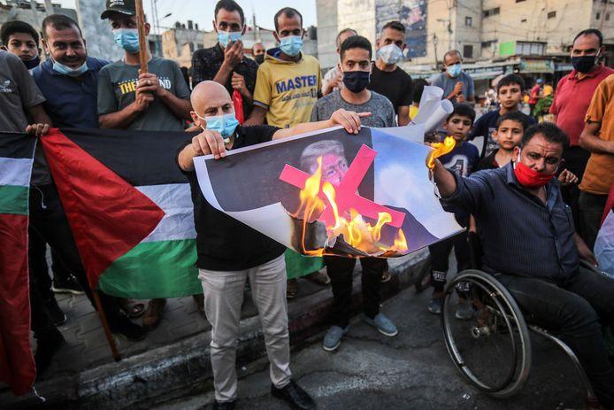 Betogers in Khan Yunis (Gaza) verbranden een portret van Donald Trump tijdens een protest tegen het normaliseren van de betrekkingen van de Verenigde Arabische Emiraten en Bahrein met Israël.