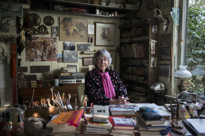Corrie Poortvliet in het atelier van haar echtgenoot Rien.