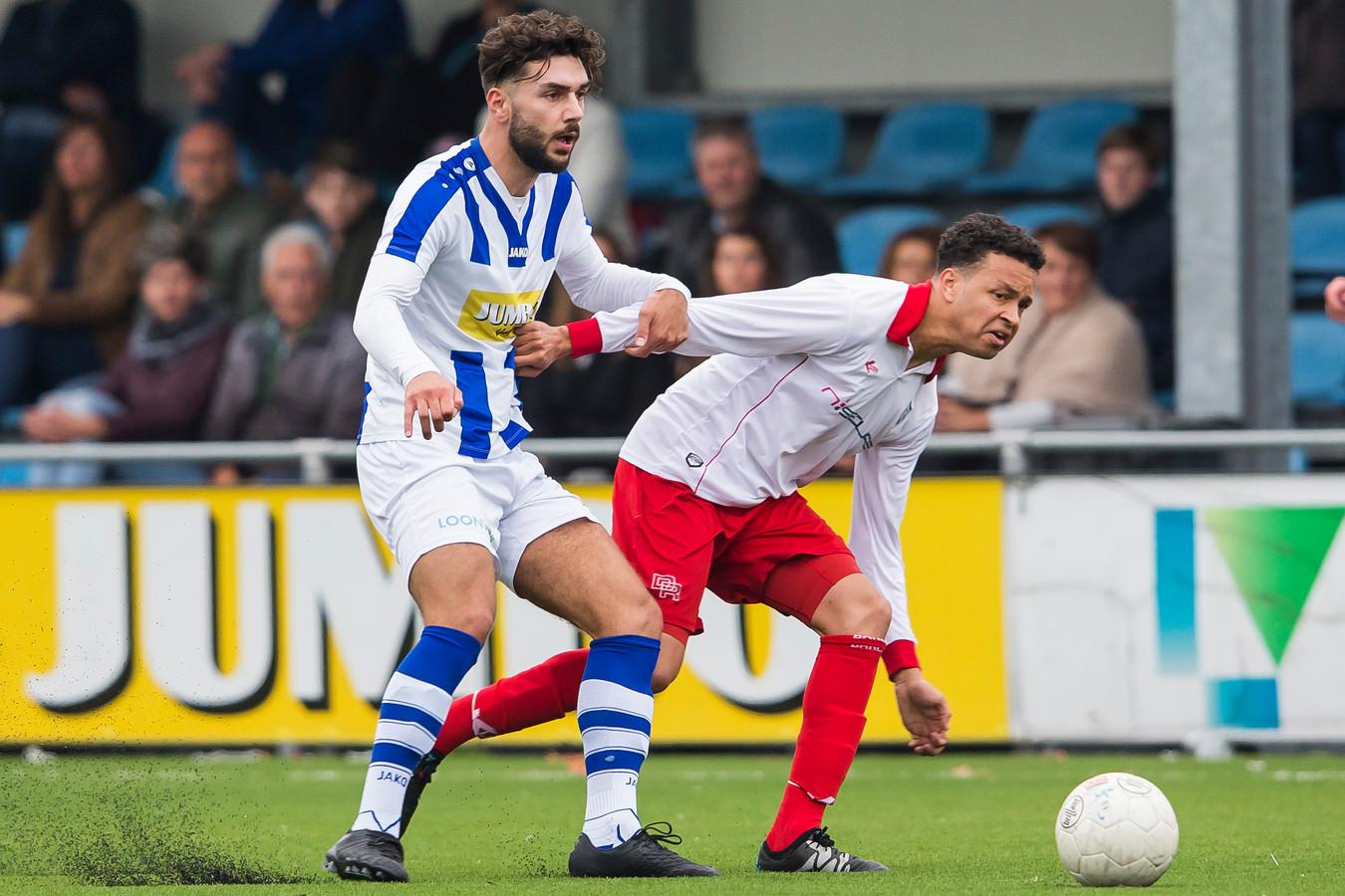 Kursad Sürmeli (links) speelt in actie voor FC Lienden, de club waar hij afgelopen seizoen na de winterstop speelde.