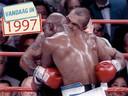 Mike Tyson bijt Evander Holyfield.
