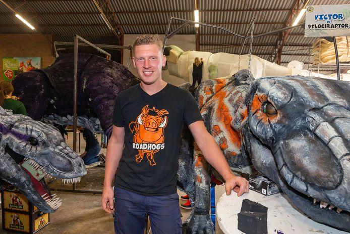 Ontwerper Jordy Winter in de loods waar zijn eigen corsogroep De Vereniging bouwt aan de praalwagen Walking with Dinosaurs.