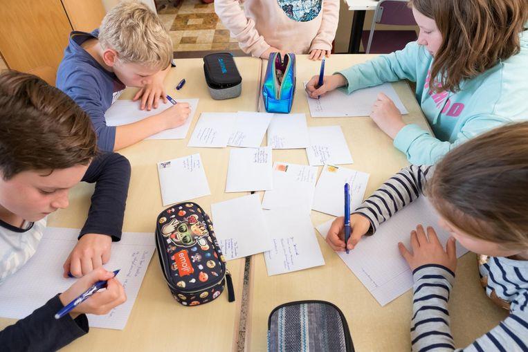 Leerlingen van De Knipoog hebben duidelijk het hart op de juiste plaats. Ze zijn druk in de weer met briefjes voor Maram te schrijven.