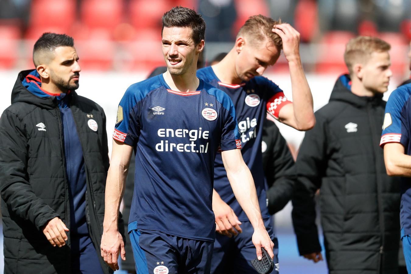 Nick Viergever van PSV treurt na het verlies bij AZ: wéér tweede.