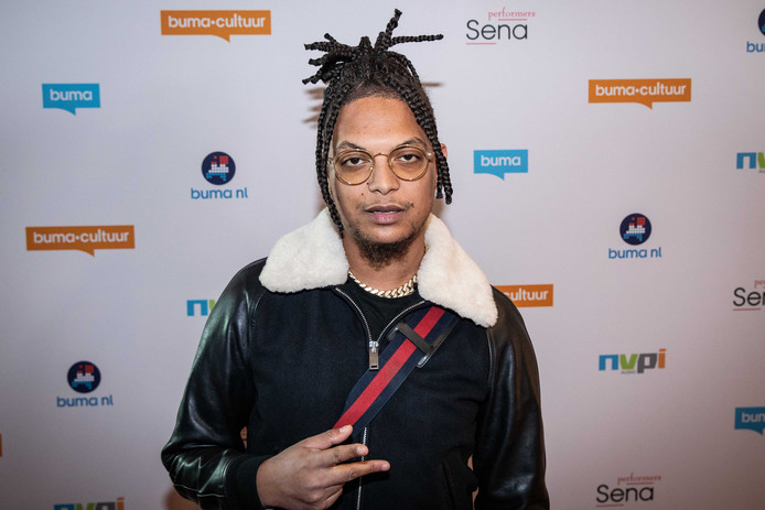 Rapper Ronnie Flex op de rode loper tijdens de uitreiking van de Buma NL Awards.