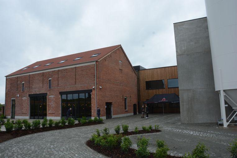 De oude steenbakkerij is met de brouwerij verbonden via een glazen binnenstraat.