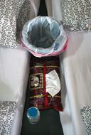 Een van de eerste effecten van ayahuasca is braken. Daarom staan er prullenbakjes klaar.