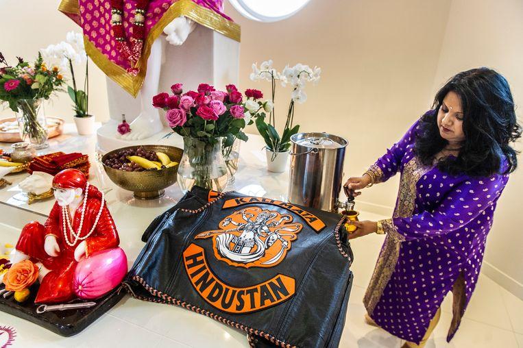Tussen de rozen, lichtjes, goudkleurige kannen en beelden van Sai Baba, leggen de leden van Kali Mata hun motorjacks neer. Beeld Koen Verheijden