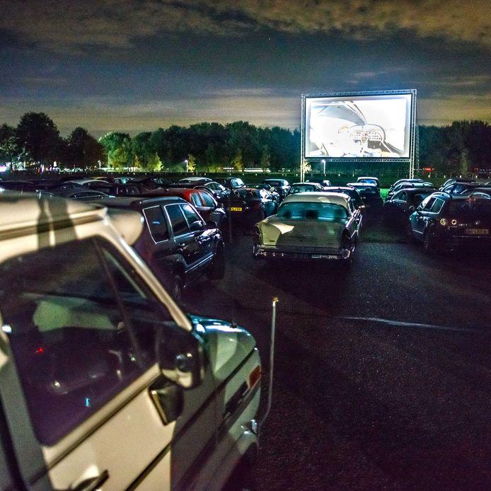 Drive-in cinema op Breda International Airport. Sommige bezoekers kwamen met bijpassende automobielen.