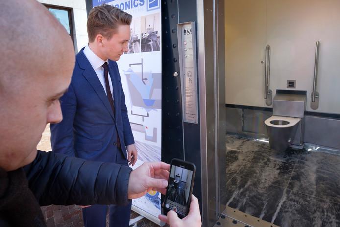 De opening van het zelfreinigende toilet op de Binnenrotte. In vijf maanden tijd is de gratis wc al 16.000 keer gebruikt.