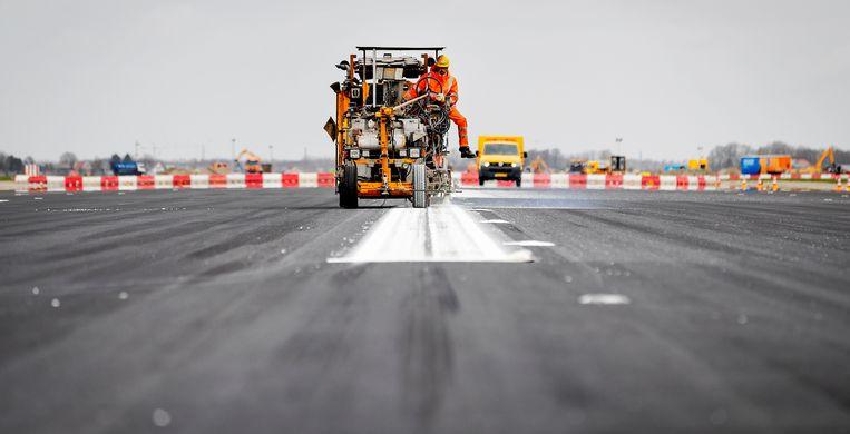 De Zwanenburgbaan van Schiphol krijgt nieuw asfalt. Beeld ANP