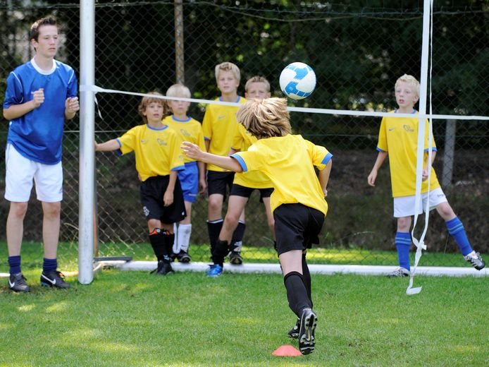 In Schotland, Engeland en Noord-Ierland mogen kinderen onder de 12 jaar bij trainingen geen ballen meer koppen. Nederlandse voetballertjes mogen dat wel.