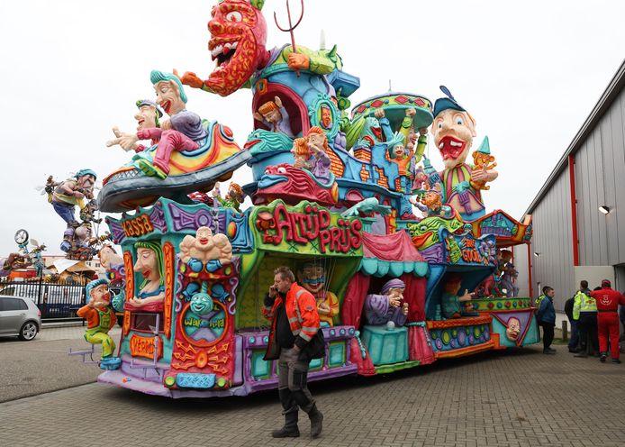 Bij de carnavalsloods worden de wagens zoveel mogelijk uit de wind gezet, zoals deze van carnavalsvereniging De Zuipcillinders.