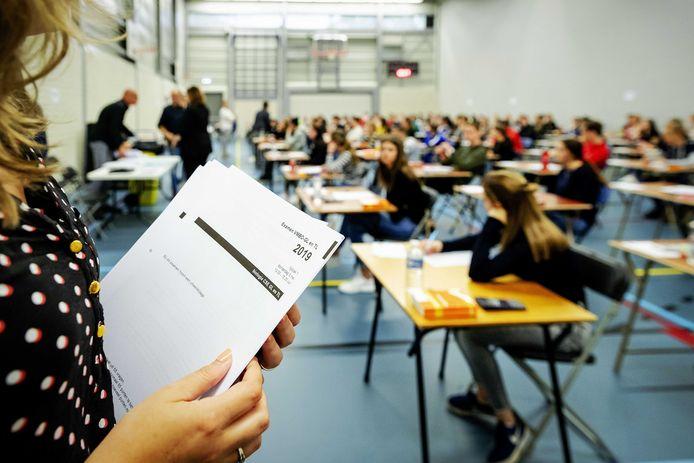 In een poging leerlingen in hun laatste jaar zitten toch eindexamen te kunnen laten doen, kunnen zij toch naar school om hun schoolexamens te maken.