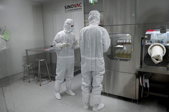 Twee onderzoekers in het laboratorium van Sinovac, een van de elf Chinese bedrijven die klinische tests mogen uitvoeren met veelbelovende vaccins.