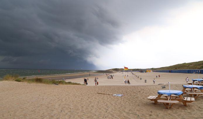 Dreigend komt de bui aan land bij Vlissingen. 'Het strand was heel snel leeg', zet Birgit Berman erbij.