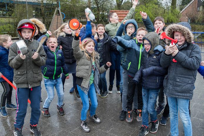 Met allerlei materialen en de eigen stem maken leerlingen van de CNS Balkbrug lawaai uit protest tegen het lerarentekort en de hoge werkdruk voor leerkrachten.