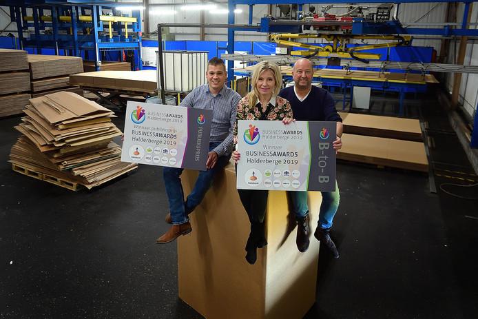 Benny Rademakers, Patricia en Dion Beerens (vlnr) zijn erg blij met de prijzen die ze wonnen op het Ondernemersgala.