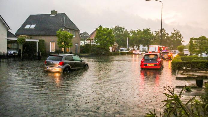 In Gemert stond op sommige plaatsen het water zo hoog dat auto's niet meer verder konden rijden.