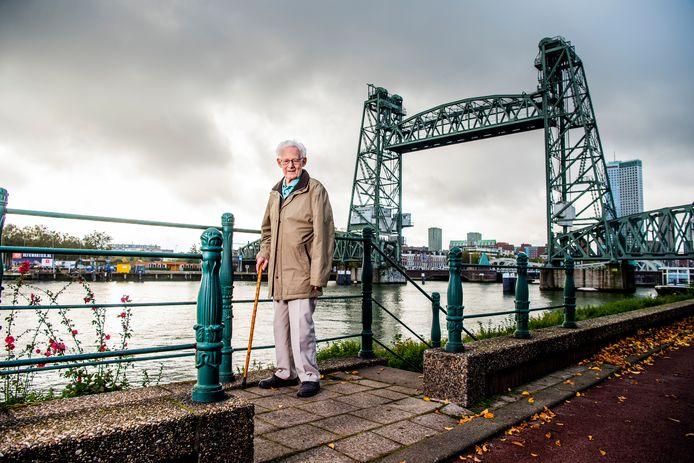 Rotterdammer Jan Hoek (94 jaar) roept jongeren op hun rug recht te houden in coronatijd. Deze foto is eind vorig jaar gemaakt.