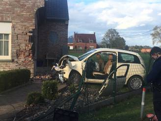 Automobiliste (38) zwaargewond na klap tegen woning in Lichtervelde