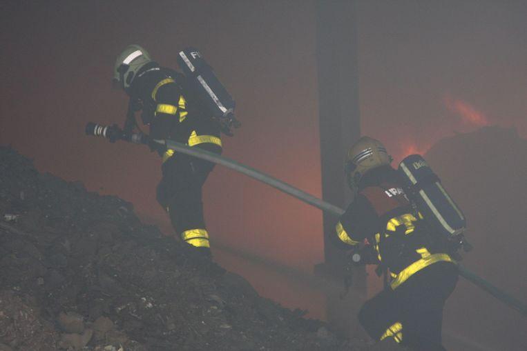De brandweer probeerde de tonnen afval snel te blussen.