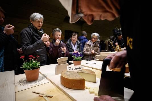 Na de officiële proefsessie mocht het grote publiek proeven van de emmentalers.