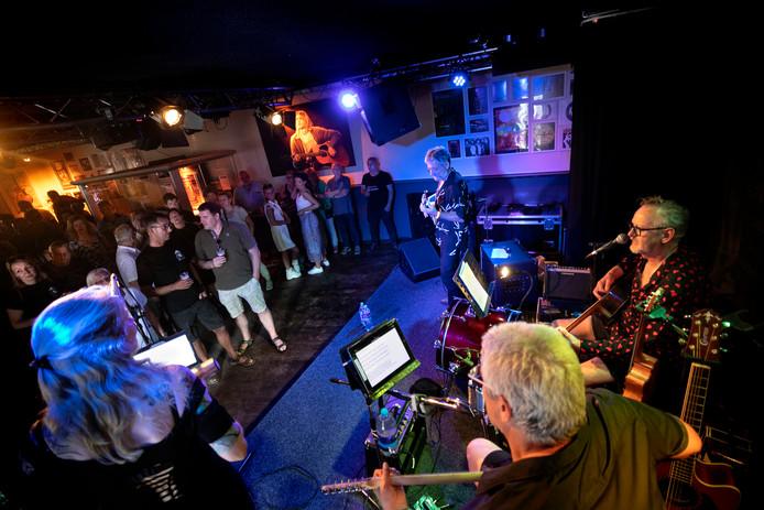 Een optreden van de Gentlemen's AgreeBand bij café TamTam in Deurne ter gelegenheid van de Regio Popdag 2.0
