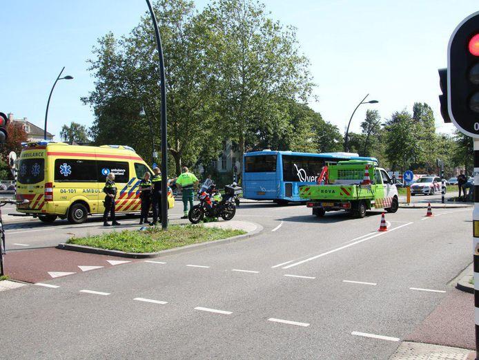 De hulpdiensten moesten donderdagmiddag uitrukken voor een aanrijding tussen een streekbus en een fietser op de kruising Pannekoekendijk met de Harm Smeengekade in Zwolle.