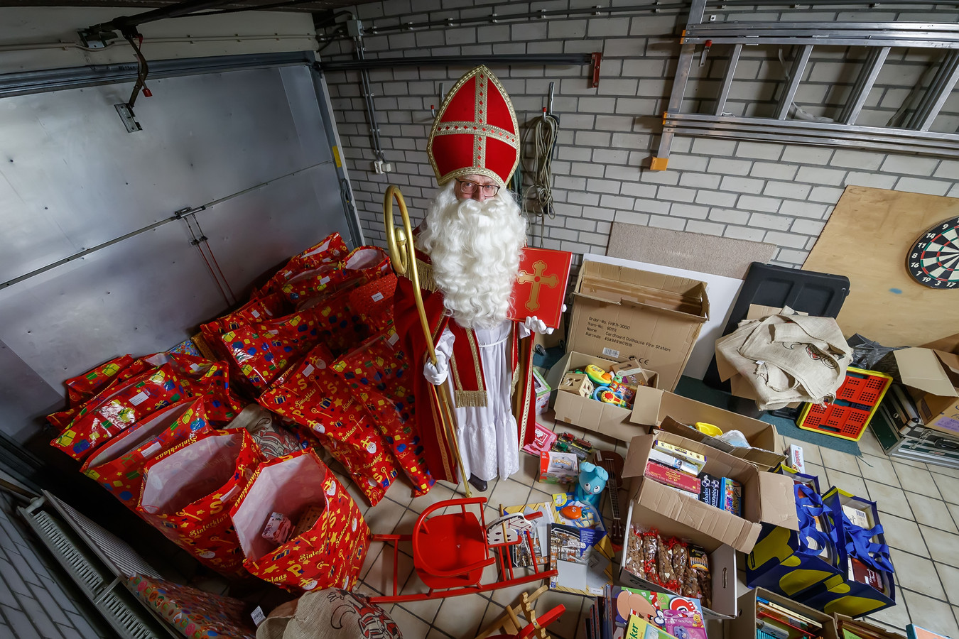 Sinterklaas heeft ook aan de kinderen gedacht in gezinnen met een kleine beurs. In een garage aan de Molenbergstraat heeft hij alles klaarliggen.