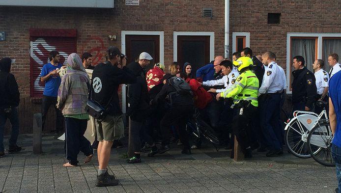 Met het nodige geweld worden de sympathisanten van de krakers voor de deur van het huis in Ondiep weggehaald.