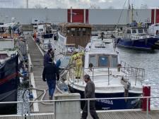 Brandweer pompt water uit zinkend bootje aan Kempischdok