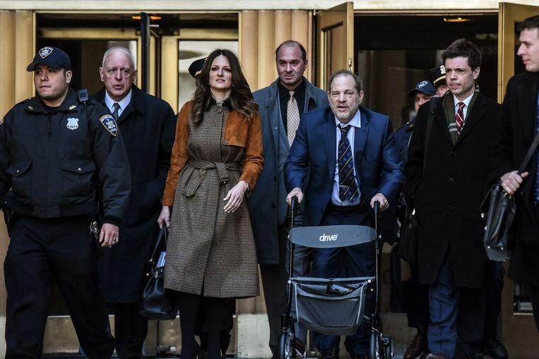 Harvey Weinstein (met rollator) en zijn advocaat Donna Rotunno verlaten het gerechtsgebouw in New York. Beeld AFP
