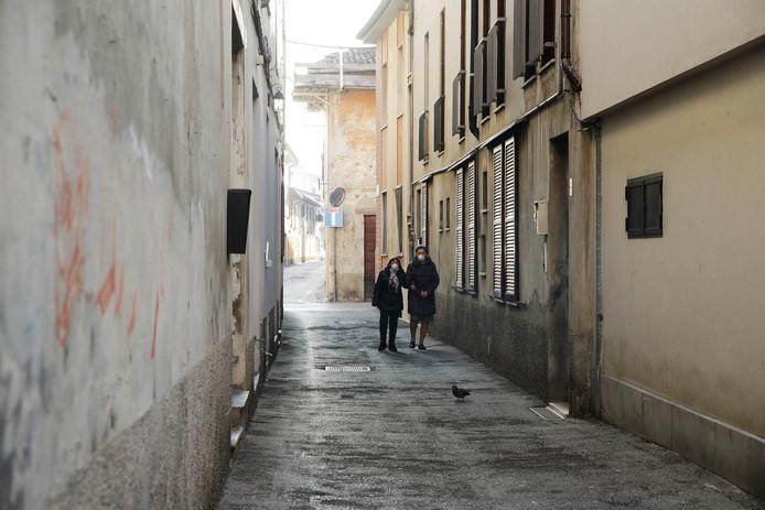 Twee vrouwen lopen door het afgesloten stadje Codogno.