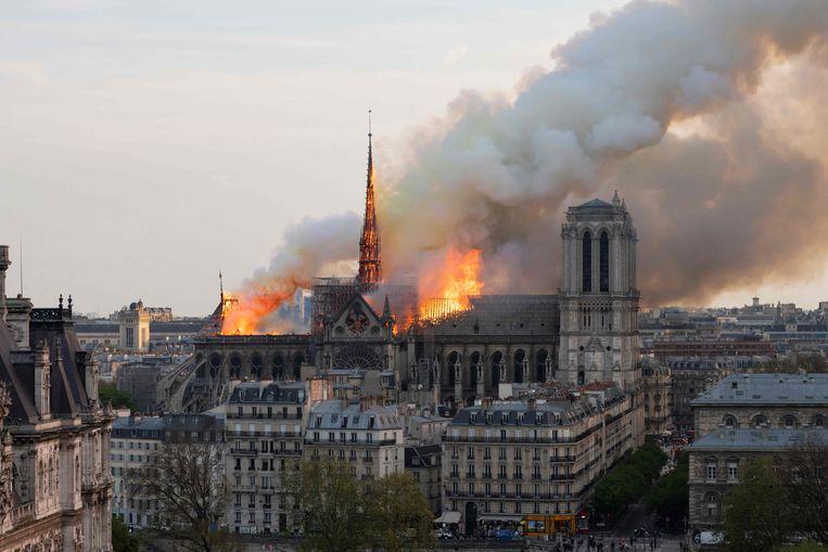 De Notre-Dame gisteren, met de toen nog rechtopstaande spitstoren.