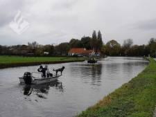 Politie zoekt naar vermiste Karin (51) in water langs de Vlietweg in Voorschoten
