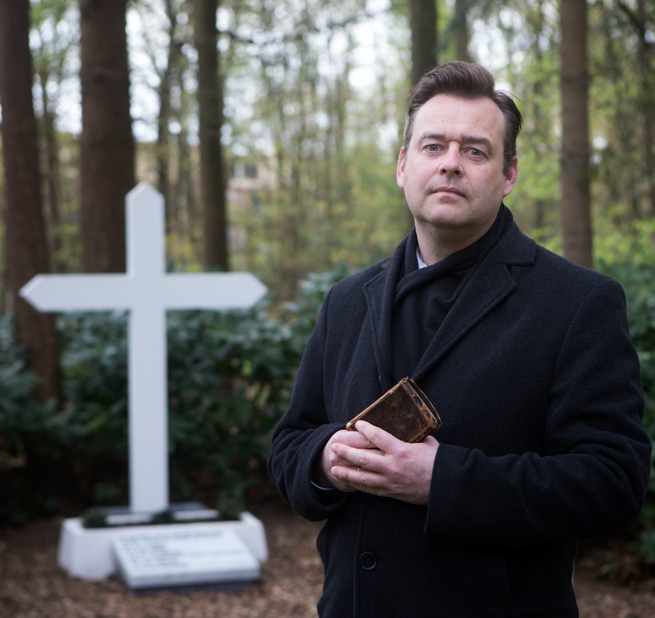 Constant van den Heuvel bij het gedenkteken op de plek van de fusillade (archieffoto).