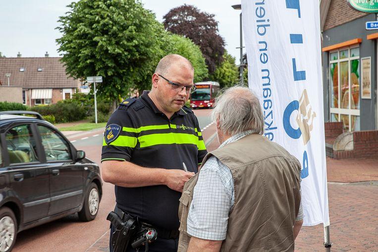 Bij een cafetaria in het Groningse Meeden heeft de politie een pop-up-post ingericht in de hoop bij dorpelingen informatie te vergaren.  Beeld Harry Cock  / de Volkskrant