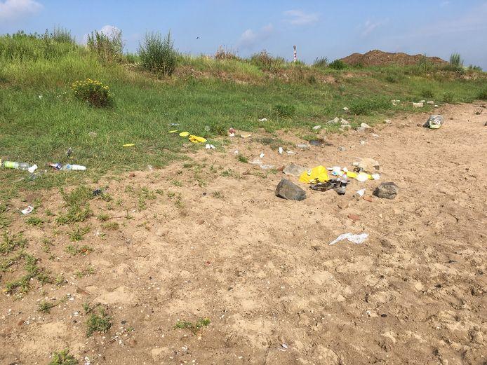 Het strandje bij Heteren, afgelopen zondag. De vrijwilligers die de recreatieplas schoon proberen te houden haalden die dag zeven grote vuilniszakken vol achtergelaten rommel op.
