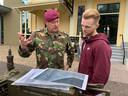 Max Clark krijgt uitleg over De Slag om Arnhem.