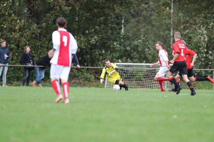 Kevin Loof (Ruinerwold) snelt langs de goalie van Steenwijkerwold en maakt 1-1. Het mocht niet baten.
