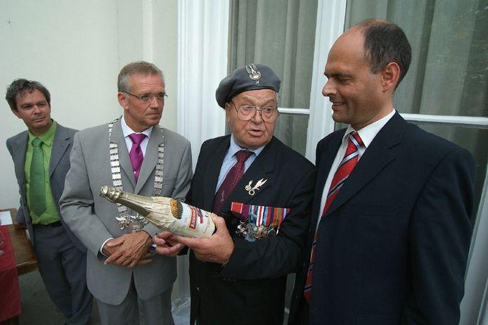 De Poolse veteraan Antoni Fedorowicz bespreekt het Airnornebier met Piet Bruinooge. Links Frans Smolders, rechts Gerrit Staal. Foto: Jan Wamelink