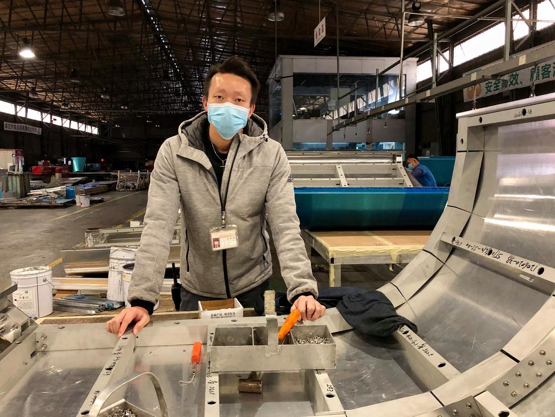 King Lau heeft zolang zijn vader vanwege het coronavirus vastzit in Hongkong de leiding over aluminiumbedrijf Kam Pin.  Beeld Leen Vervaeke
