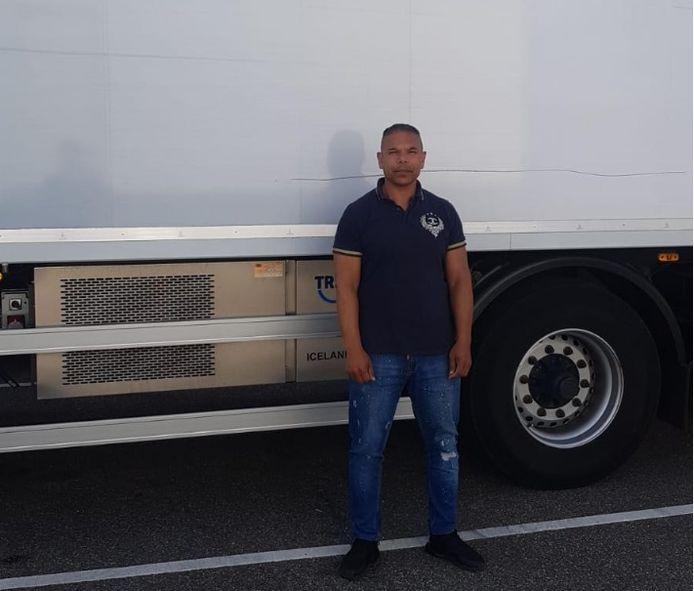 Jerrol (49) werkt nu als bijrijder om later zijn grootrijbewijs te kunnen halen.