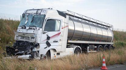 Zwaargewonde en snelweg versperd na zware klap op E19