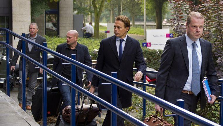 Verzegeld van hun advocaten arriveren directeur G. Spiering (R), productieleider R. Oomes (2e L) en veiligheidscoordinator H. de Koning (L) bij het gerechtsgebouw. Beeld ANP